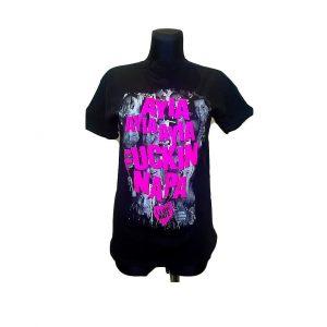 Juodi vyriški marškinėliai su rožiniu užrašu
